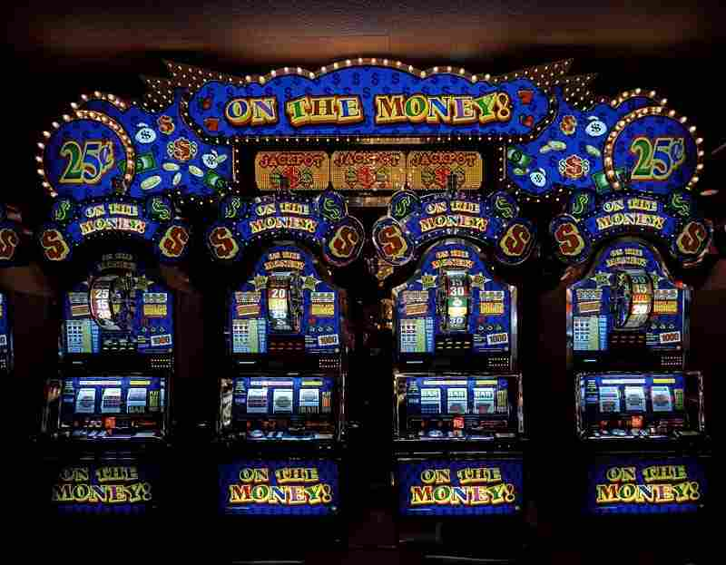 Comment: Slot machine arcade, Las Vegas. How Do You Play Poker With
